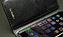 画面に接触するポケット部にはソフトなレザーを使用。